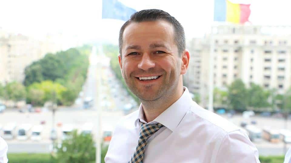 Gest emoţionant: Deputatul PMP Adrian Todoran acordă burse de studii tinerilor maramureşeni