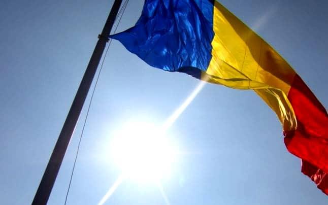 Jos labele extremiste de pe tricolorul românesc!
